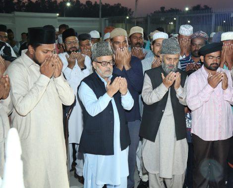 Ijtemaee Dua at Mazar-e-Mubarak Hazrat Maseeh-e-Maud (AS) lead by Nazir A'ala & Ameer Muqaami Qadian,  on the right hand side Sadr Khuddamul Ahmadiyya Bharat